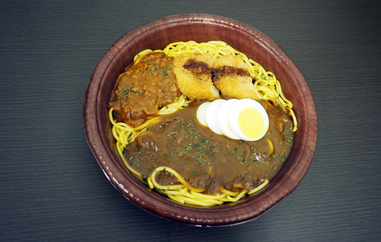 ファミマの超大盛Wカレースパゲティ(コロッケ&たまご)はガッツリ飯
