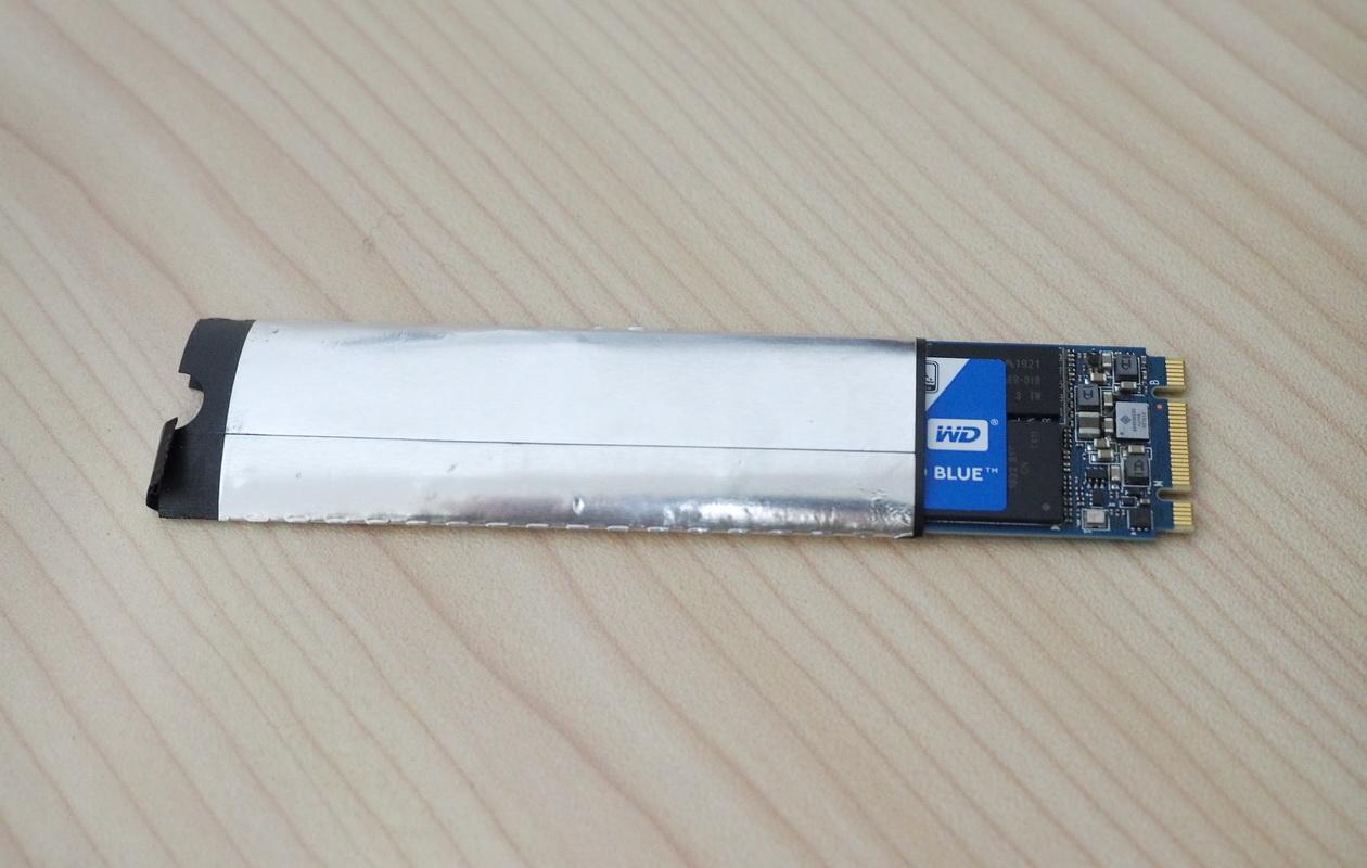X1 Yoga2016のSSDについていた銀のカバーも付け替える