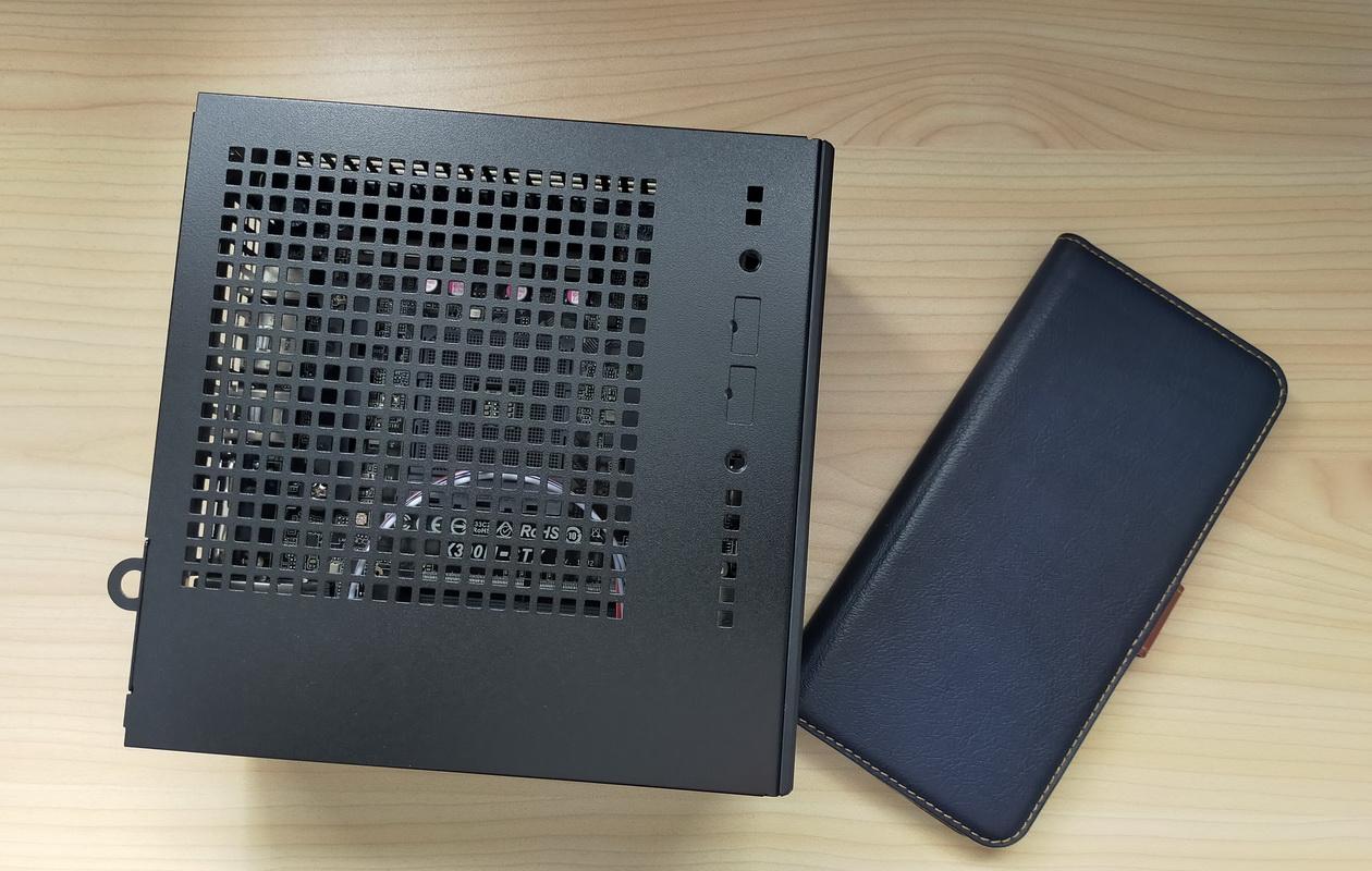 DeskMini X300とoppo RenoAの大きさ比較
